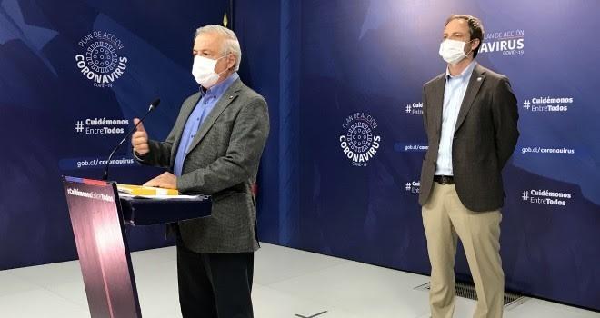 El cuaderno amarillo de Jaime Mañalich en el podio del punto de prensa, 11 de abril de 2020. Fuente: Minsal.