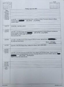 Una de las hojas del calendario de Kilpatrick que los periodistas recibieron como respuesta a sus FOIA. Las anotaciones escritas a mano no son notas personales del alcalde, sino las que hizo el funcionario de transparencia para explicar por qué tachó partes del calendario. Cortesía de ML Elrick.